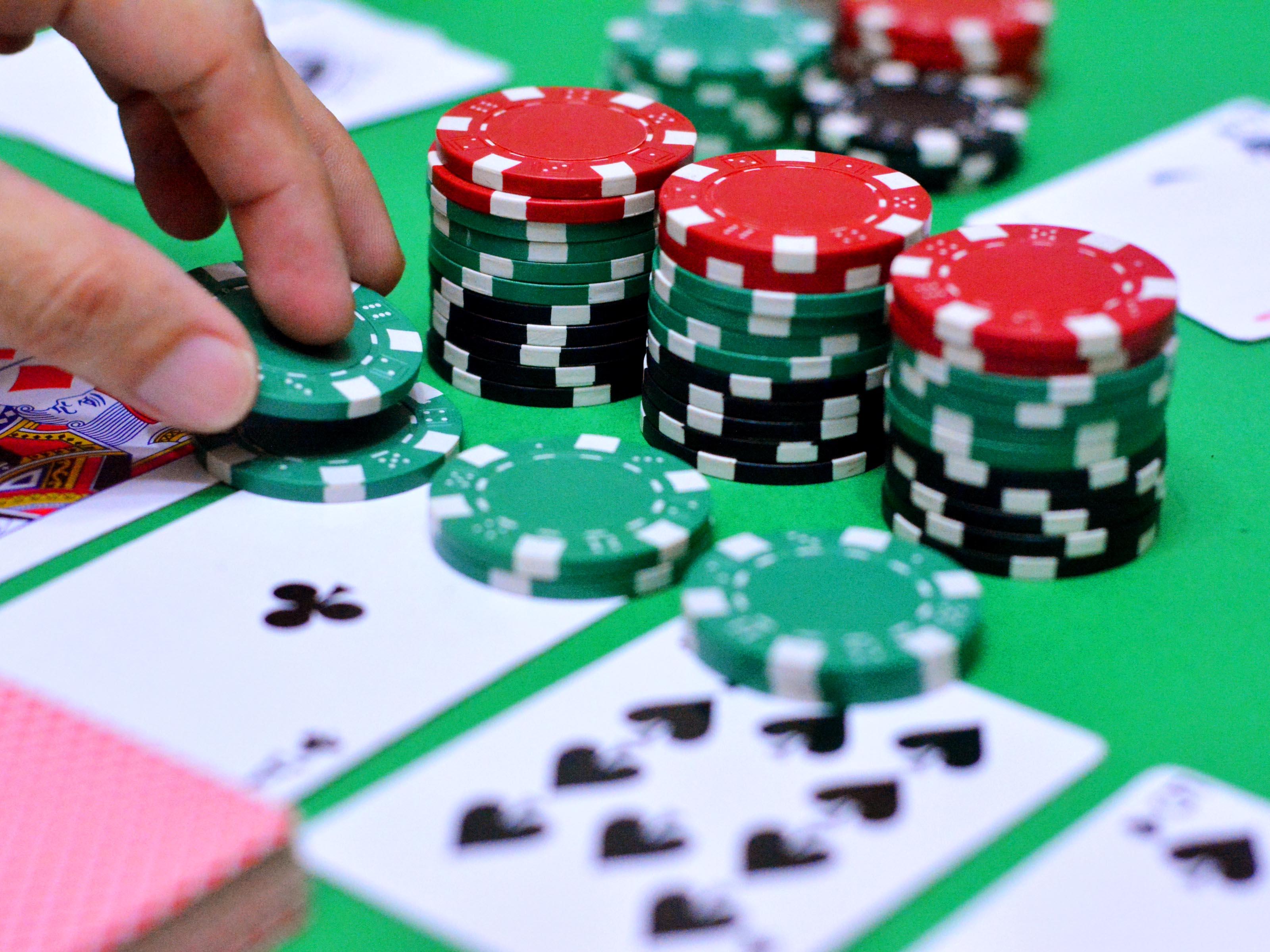 Стек фишек и карты для покера