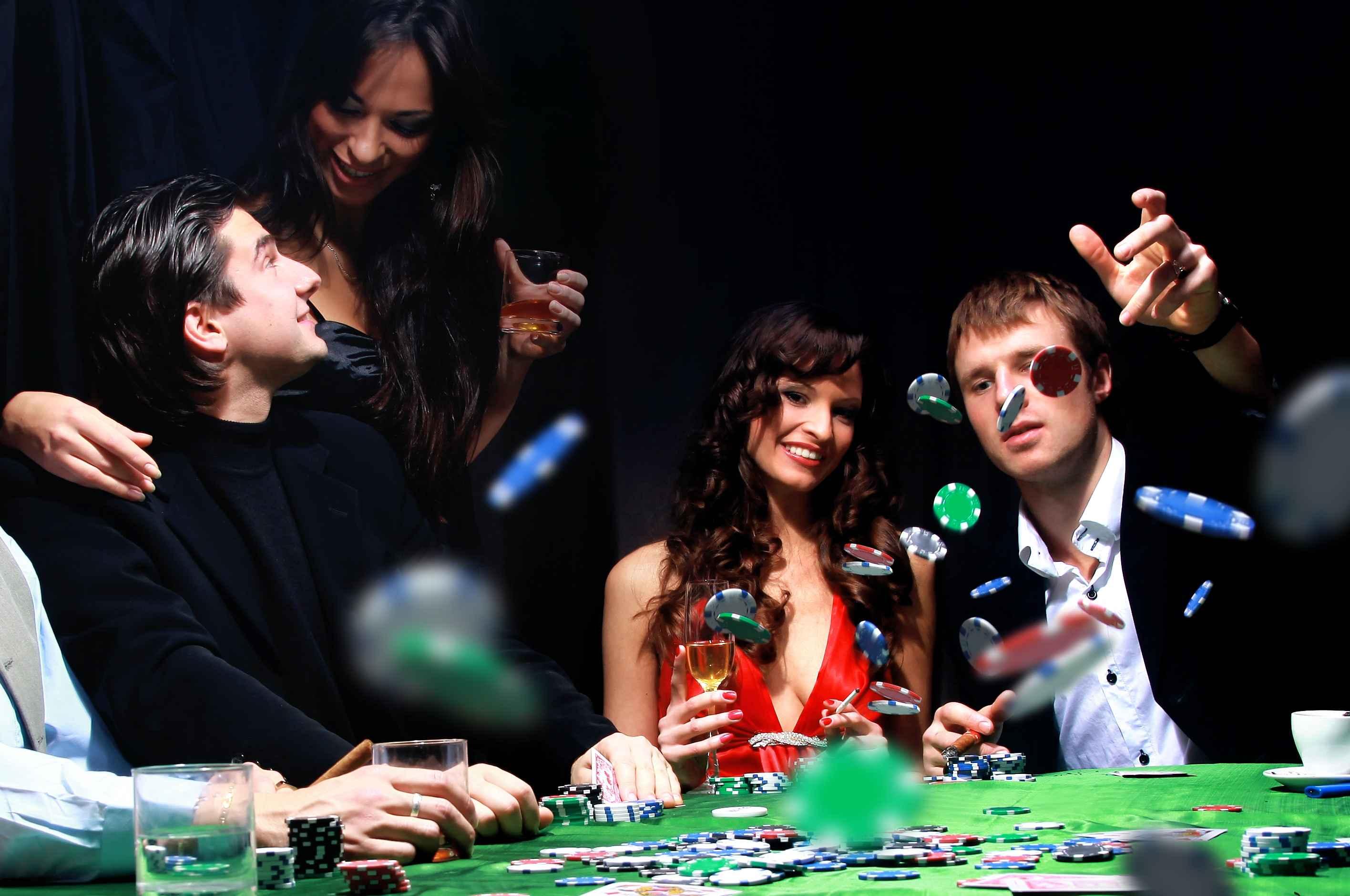 Компания играет в покер